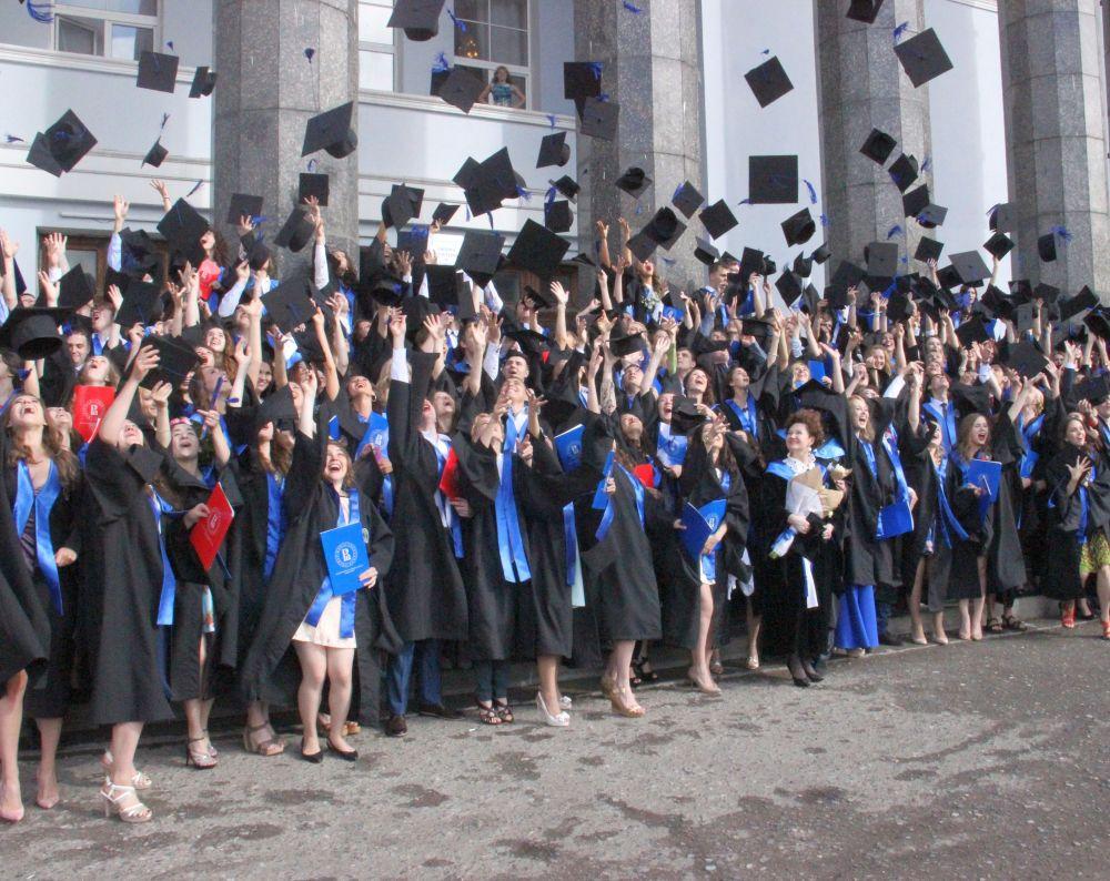 Поздравляем выпускников года Новости Студенческая жизнь   а также магистерских программ Информационная аналитика в управлении предприятием и Правовое обеспечение предпринимательской деятельности